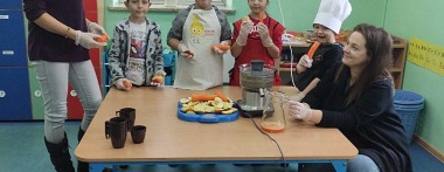 """""""Soki z warzyw i owoców w szkole pijemy o zdrowie dbać chcemy"""""""